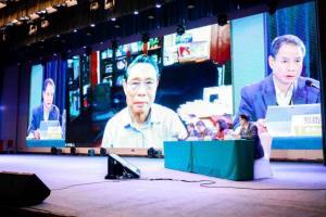 น.พ.จง หนันซัน (คนกลาง) วัย 84 ปี ผู้เชี่ยวชาญชื่อดังด้านโรคปอดและระบบทางเดินหายใจ ในการประชุมสุดยอดสุขภาพจีนและการส่งเสริมการแพทย์แผนจีนที่เมืองสือจยาจวง มณฑลเหอเป่ยที่จัดเมื่อวันที่ 30-31 ต.ค.2020