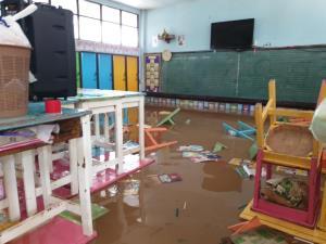 วอนเร่งช่วยเหตุน้ำท่วมหนัก ร.ร.บ้านทับลาน จ.ปราจีนฯ พบอุปกรณ์การเรียนพังเสียหายทั้งหมด