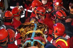 กู้ภัยตุรกีช่วย 2 เด็กหญิงรอดปาฏิหาริย์ พบตัวหลังติดใต้ซากตึกนานถึงสามวัน