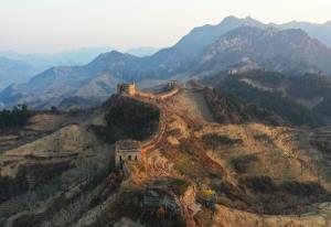 (ชมภาพ) แสงอาทิตย์สารทฤดูอาบไล้ 'กำแพงเมืองจีน'