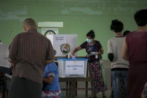 พม่าเปิดคูหาแต่เช้า ประชาชนต่อแถวหย่อนบัตรเลือกตั้งท่ามกลางมาตรการป้องกันโควิด