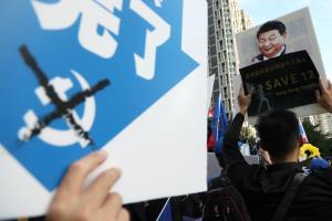"""In Clip: ปักกิ่งจ้องเล่นงาน """"ผู้พิพากษาฮ่องกงเสรีนิยม"""" หลังตัดสินนักเคลื่อนไหวเรียกร้องประชาธิปไตยให้หลุดหลายคดี"""