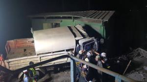 สลด! รถบรรทุกเหมืองแม่เมาะเบรกแตกลงเนินชนตู้ไฟฟ้า คนงานกระเด็นเจ็บ 8 ตาย 1