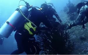 """""""ดร.ธรณ์"""" ชื่นชม """"รมว.กระทรวงทรัพย์"""" ดำน้ำช่วยปะการังที่โดนขยะทะเลคลุมไว้ (ชมคลิป)"""