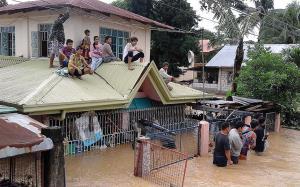 """ไต้ฝุ่นหว่ามก๋อทำมานิลา """"น้ำท่วมหนัก"""" ชาวบ้านหนีขึ้นหลังคา"""