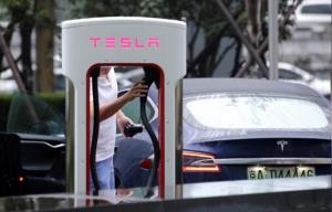 เทสลาลงทุนควักกระเป๋าตัวเองสร้างสถานีชาร์จแบตเตอรี่รถยนต์ไฟฟ้าตามที่จอดรถในห้างสรรพสินค้าและร้านอาหารในจีน เพื่อชดเชยจุดอ่อนรถพลังงานไฟฟ้าที่อายุการใช้งานแบตเตอรรี่สั้น