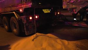 รถพ่วงชนรถพ่วงดังสนั่นกลางสี่แยกเมืองชัยนาท อัดก๊อบปี้โชเฟอร์ติดหน้ารถ