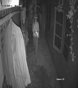 สาวหางดงโพสต์วงจรปิดชัด คนร้ายหญิง 2 คนย่องวางระเบิดปิงปองรอบบ้าน โวยแจ้งความแล้ว ตร.เฉย