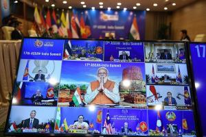 นายกรัฐมนตรีนเรนทรา โมดี ของอินเดีย (จอตรงกลาง) ไหว้ทักทายบรรดาผู้นำของสมาคมอาเซียน ในตอนเริ่มประชุมซัมมิตอินเดีย-อาเซียน ทางออนไลน์ เมื่อวันพฤหัสบดีที่ 12 พ.ย. 2020