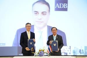 """""""อาคม"""" ลงนามกู้เงิน ADB เพิ่มอีก 1.5 พันล้านดอลลาร์"""