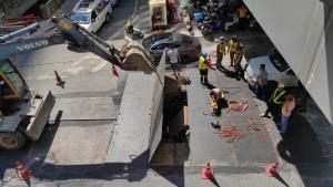 เร่งซ่อมแผ่นเหล็กบ่อพักสายไฟลงดินชำรุด หลังติดใต้รถยนต์กลางแยกนราทร