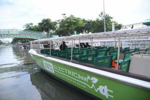 กทม.เพิ่มเรือไฟฟ้า 7 ลำ เตรียมให้บริการในคลองผดุงฯ ลดมลพิษ มอบความสะดวกให้ประชาชน