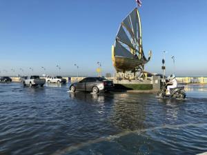 เกิดปรากฏการณ์น้ำทะเลหนุนสูงใน จ.ชลบุรี เมื่อช่วงเช้า ทำน้ำเอ่อท่วมเขตเทศบาล