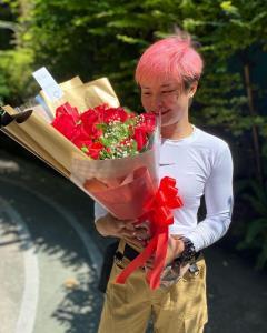 """ช่อดอกไม้ปริศนาเซอร์ไพรส์ทำ """"แสตมป์"""" แก้มแดงรับวันเกิด"""