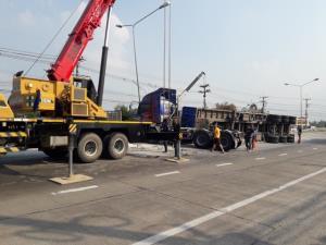 รถพ่วงแป้งมันหนัก 30 ตัน คว่ำขวางถนนมาลัยแมน ทำการจราจรติดขัดนานนับชั่วโมง