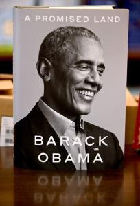 """In Clip: ฮือฮา! หนังสือความทรงจำ """"โอบามา"""" ขายดีสุดได้เกือบ 890,000 เล่มในทันทีที่เปิดตัว"""