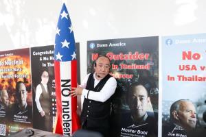 ปรมาจารย์โบบิ ต้นตำรับแว่นอัจฉริยะเพิ่มพลังร้อยล้าน บุกสถานทูตมะกัน วอนอเมริกายุติแทรกแซงไทย