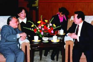 นายธนินท์ เจียรวนนท์ พบปะกับผู้นำสูงสุดจีน เติ้ง เสี่ยวผิง ผู้ประกาศนโยบายปฏิรูปเศรษฐกิจและเปิดประเทศจีนในปลายทศวรรษที่ 1970  (ภาพจาก Baidu)
