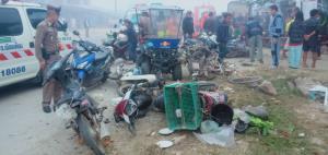 สาววัย 20 ซิ่งกระบะเสียหลักชนตลาดสดกระจาย คนเจ็บ 11 รถเสียหายเพียบ