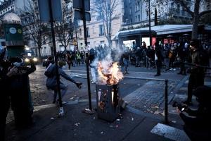 ต้องประณาม! ตำรวจฝรั่งเศสฉีดน้ำ,ใช้แก๊สน้ำตาสลายการชุมนุมกลางกรุงปารีส (ชมคลิป)