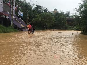ฝนถล่มหนักทำน้ำป่าไหลหลากท่วมหมู่บ้านน้ำลัดใน อ.สะเดา ท่วมทั้งหมู่บ้าน