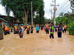 รมช.มหาดไทยพร้อมแม่ทัพภาค 4 ลงพื้นที่ช่วยชาวบ้านบ้านน้ำลัด หลังถูกน้ำป่าเข้าท่วมทั้งหมู่บ้าน