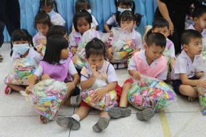 วัดพุทธาวาสภูสิงห์ต่อยอดบุญนำสิ่งของจากงานตักบาตรเทโวฯ แจกศูนย์เด็กเล็กกว่า 3,000 ชุด
