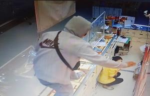 โจรบุกเดี่ยวจี้ชิงทองในห้างดังย่านแหลมฉบัง น้ำหนักรวม 9 บาท หลบหนีไปได้อย่างลอยนวล