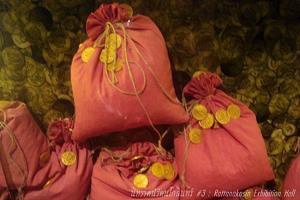 ภาพจำลองเงินถุงแดงข้างแท่นพระบรรทม เป็นเงินเหรียญนก ทำจากทอง ของเม็กซิโก