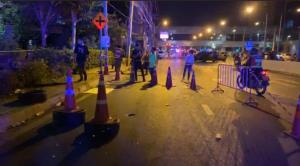 ม็อบรุมประชาทัณฑ์คนร้าย หามส่ง รพ.หลังก่อเหตุยิงปืน-ปาระเบิด การ์ดเจ็บ 1
