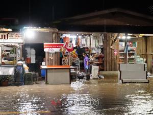 ฝายท่าแนะอั้นไม่อยู่! กรมชลฯ เร่งระบายน้ำทำให้หลากท่วมย่านชุมชนตลาดควนขนุน