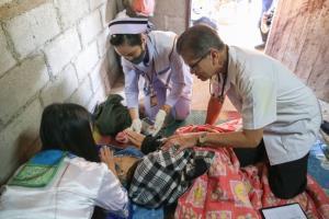 """สิงห์อาสา ร่วมกับ สำนักวิชาแพทยศาสตร์ ม.แม่ฟ้าหลวง ดูแลสุขภาพชาวบ้านในโครงการ """"33 ปี หน่วยแพทย์เคลื่อนที่"""""""