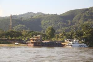ท่าเรือบ้านโป่ง ริมแม่น้ำโขงของพม่า ซึ่งพบคนในหมู่บ้านใกล้เคียงติดเชื้อโควิดเพิ่มรวดเดียว 8 ราย