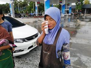 หวิดสลด! ฝนตกถนนลื่นรถพ่วงเกิดลื่นไถลลงข้างทาง หางรถไปฟาด จยย.หญิงสาวเจ็บ