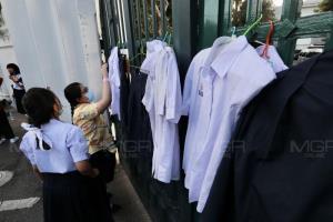 """""""นักเรียนเลว"""" บุก ศธ.คืนชุด นร.แขวนหน้าประตูกระทรวง อ้างไม่ใช่ชุดที่ปลอดภัย"""