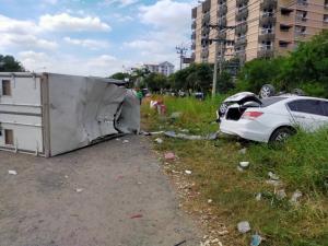 รถบรรทุกตู้ทึบพลิกคว่ำชนเก๋งจอดริมทางเสียหาย 2 คัน