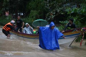 สุราษฎร์ฯ ยังอ่วม น้ำป่าไหลหลากเข้าท่วม 12 อำเภอ อพยพประชาชนอยู่ที่ปลอดภัย