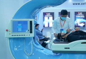 แฟ้มภาพซินหัว : เจ้าหน้าที่สาธิตการใช้อุปกรณ์ทางการแพทย์ ในงานมหกรรมสุขภาพโลกครั้งที่ 2 ณ นครอู่ฮั่น เมืองเอกของมณฑลหูเป่ย ทางตอนกลางของจีน วันที่ 11 พ.ย. 2020