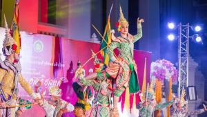 """ร็อค-ขวัญลดา มิสทิฟฟานี ยูนิเวิร์ส 2020 ร่วมชมการแสดงโขนชุด """"พระรามราชสุริยวงศ์"""""""
