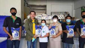 """""""ข้าวตราไก่แจ้"""" มอบข้าวสาร 1 ตัน ช่วยเหลือผู้ประสบภัยน้ำท่วมในภาคใต้ฒฃประกาศเดินหน้าสานต่อ โครงการ #ไก่แจ้ซับพอร์ต ช่วยคนไทยที่ได้รับความเดือดร้อน"""