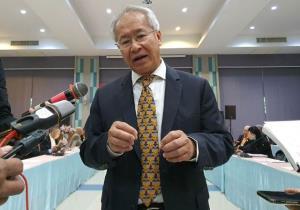 """นาย สมปอง สวงนบรรพ์ ที่ปรึกษารัฐมนตรีว่าการกระทวงการอุดศึกษา วิทยาศาสตร์ และนวัตกรรม ให้สัมภาษณ์ผู้สื่อข่าวหลังพิธีเปิดการสัมมนา """"ความสัมพันธ์การทูตไทย-จีน 45 ปี: การแบ่งปันประสบการณ์และความร่วมมือในอนาคต"""" ภาพวันที่ 8ธ.ค.2563"""