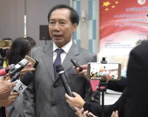 """ดร.โภคิน พลกุล นายกสมาคมวัฒนธรรมและเศรษฐกิจไทย-จีน ให้สัมภาษณ์ผู้สื่อข่าวหลังพิธีเปิดการสัมมนา """"ความสัมพันธ์การทูตไทย-จีน 45 ปี: การแบ่งปันประสบการณ์และความร่วมมือในอนาคต"""" ภาพวันที่ 8ธ.ค.2563"""