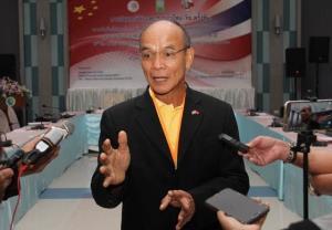"""พลเอก สุรสิทธิ์ ถนัดทาง ผู้อำนวยการศูนย์วิจัยยุทธศาสตร์ไทย-จีน สำนักงานการวิจัยแห่งชาติ (วช.) จีน ให้สัมภาษณ์ผู้สื่อข่าวหลังพิธีเปิดการสัมมนา """"ความสัมพันธ์การทูตไทย-จีน 45 ปี: การแบ่งปันประสบการณ์และความร่วมมือในอนาคต"""" ภาพวันที่ 8ธ.ค.2563"""