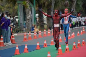 """นักวิ่งกว่า 3,000 คน ร่วมแข่งขัน """"โตนดรันนิ่ง"""" ชิงถ้วยพระราชทาน"""