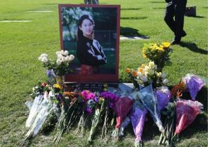 ดอกไม่ไว้อาลัย ไอริส จาง เมื่อวันที่ 9 พ.ย.2014 ณ สุสานคาทอลิกในลอสอัลตอส แคลิฟอร์เนีย สหรัฐอเมริกา (แฟ้มภาพจากสื่อจีน พีเพิล เดลี)