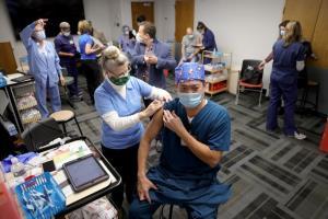 ชักยุ่ง! จนท.สาธารณสุขสหรัฐฯ เกิดอาการแพ้รุนแรง หลังฉีดวัคซีนโควิด-19 ของไฟเซอร์