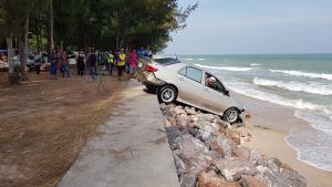 รถเก๋งพุ่งตกทะเลหาดชะอำ คนขับพลาดไปเหยียบคันเร่งแทนเบรก