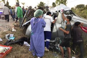 หวิดดับหมู่! รถหกล้อขนมปังพุ่งข้ามเลนชนรถตู้นักเรียนชัยภูมิพังยับ เจ็บเกลื่อนถนนนับ 10 สาหัส 4