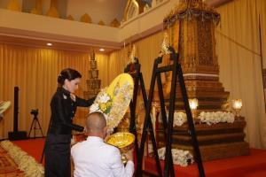 พระราชินี พระราชทานน้ำหลวงสรงศพ สมเด็จพระญาณวชิโรดม