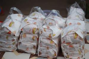 """พิษโควิดต่อเนื่อง จากไกด์นำเที่ยวสู่การเปิดร้าน """"ลิฟซีน Burger 19 บาท"""" ราคาจับต้องได้ ช่วยปันรอยยิ้มให้น้อง"""